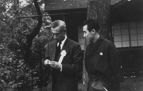 昭和37年 光悦会に御来会になられた、服部正次様。右はお伴する吉田清。